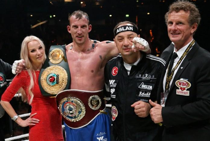 Siegerehrung.....man sieht das aufgesetzte Lächeln des WBO-Delegierten Thomas Pütz © Torsten Helmke