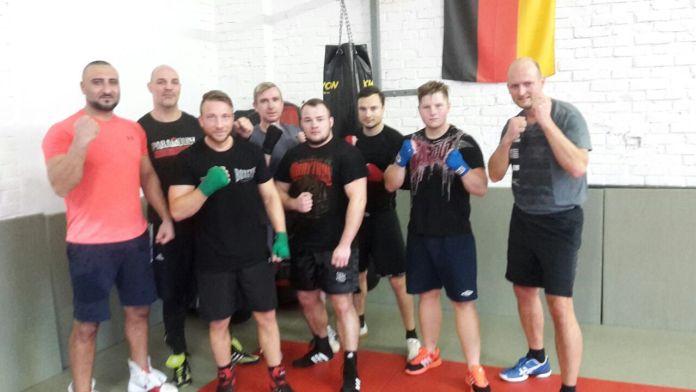 Samir Nebo mit Coach Kurzawa und Teilnehmer eines Box-Kurses, im Chemnitzer Paramount-Gym.