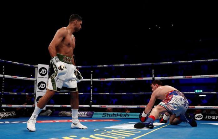 """Ein furios aufgelegter """"King Khan"""" verschwendete zwei Jahre nach seinem letzten Kampf keine Zeit und überrollte seinen chancenlosen Kontrahenten in Runde 1."""