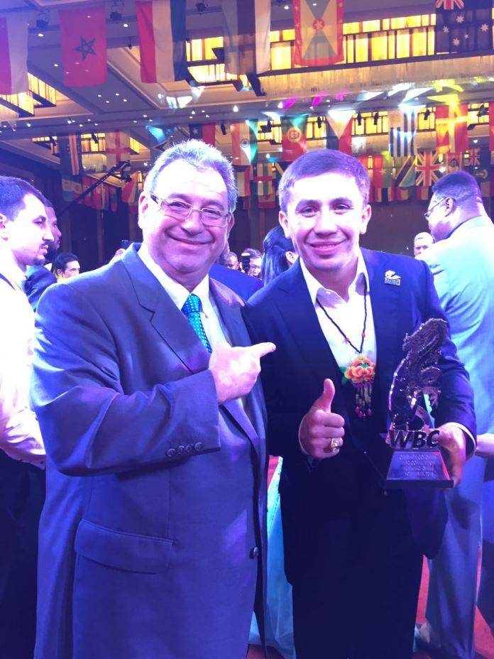 """Auch den Mittelgewichts-Superstar Gennady """"GGG"""" Golovkin trag Bittner im Rahmen einer Preisverleihung."""