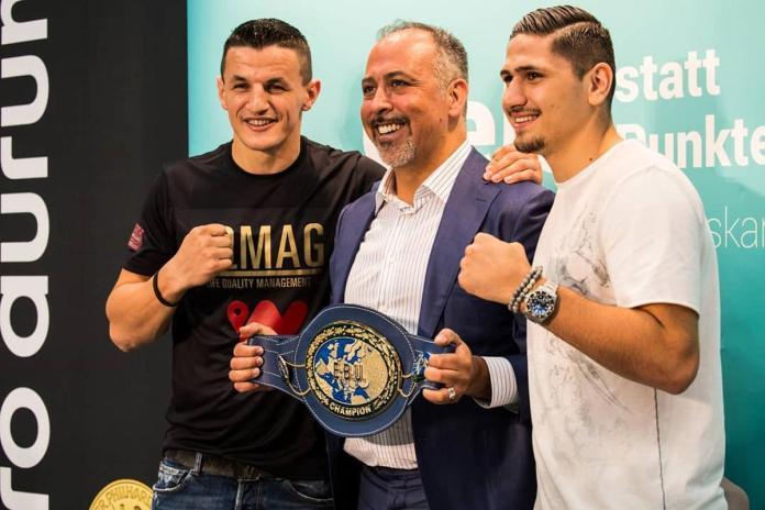 Robin Krasniqi und Emre Cukur – hier zu sehen mit Multi-Unternehmer und wee-Founder Cengiz Ehliz – fighten jeweils um europäische Titel.