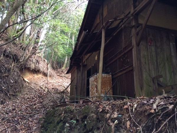 山中の廃屋