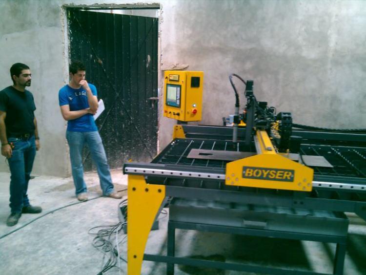 """CONMUTEL Fecha: 24 junio, 2014 Mérida, Yucatán, México. Este cliente cuenta con un pantógrafo BOYSER """"Clásico"""" (modelo descontinuado) con área de corte de 4×8 pies. Está equipado con una fuente de plasma modelo Powermax65 de la marca Hypertherm."""