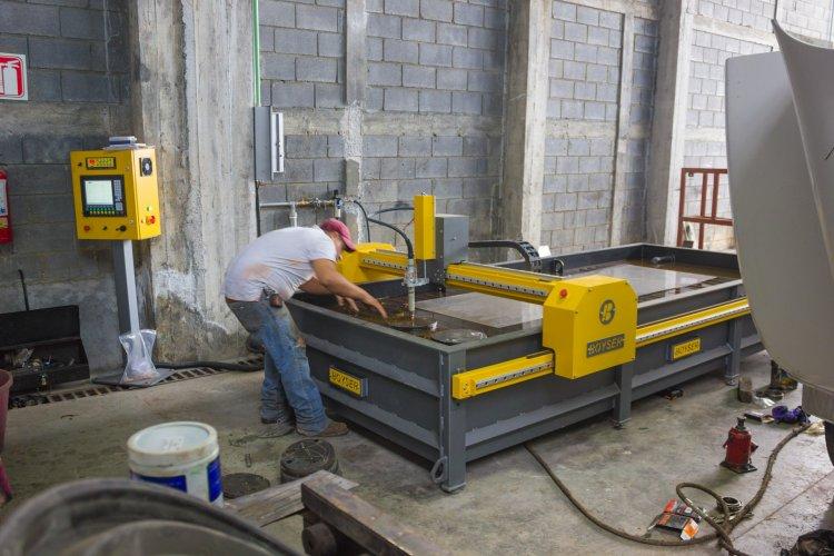 MUELLES Y TORNILLOS MARTÍN Fecha: 1 abril, 2016 Allende, Nuevo León, México. Este cliente cuenta con un pantógrafo MARK7 (modelo descontinuado) con área de corte de 4×10 pies. Está equipado con una fuente de plasma modelo Powermax85 de la marca Hypertherm.