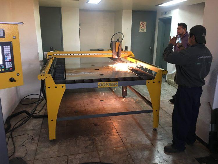 "TALLER GALVÁN (PARTICULAR) Fecha: 24 agosto, 2017 Cuauhtémoc, Estado de México, México. Este cliente cuenta con un pantógrafo BOYSER ""Clásico"" (modelo descontinuado) con área de corte de 4×10 pies. Está equipado con una fuente de plasma modelo Powermax45 XP de la marca Hypertherm."
