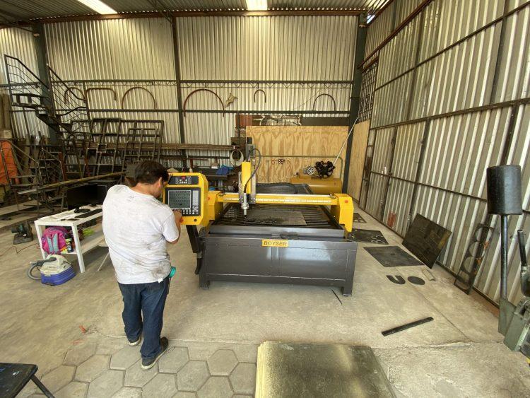 TALLER SANTANA (PARTICULAR) Fecha: 9 enero, 2020 Oaxaca, Oaxaca, México. Este cliente cuenta con un pantógrafo BOYSER ENTRY con área de corte de 4×10 pies. Está equipado con una fuente de plasma modelo Powermax105 de la marca Hypertherm.
