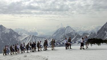 Maibaum-Aufstellen auf der Zugspitze | Bild: picture-alliance/dpa