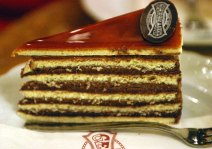 Hungarian Dobos torte © Savannah Grandfather/Wikimedia Commons