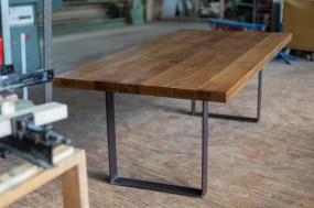 Eiche-Massivholztisch mit einem Tischgestell aus Rohstahl