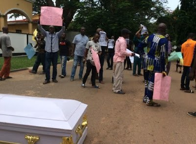 Protesters Storm Edo Govt House With Corpse Over Herdsmen Killing