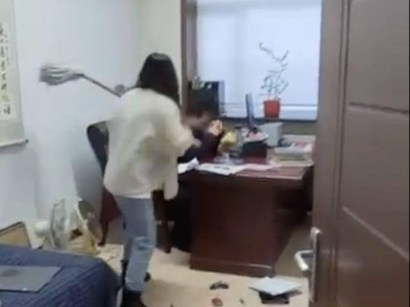 Woman Beats Up Her Boss With Mop Stick For Sending Her Inappropriate S-e-xual Texts