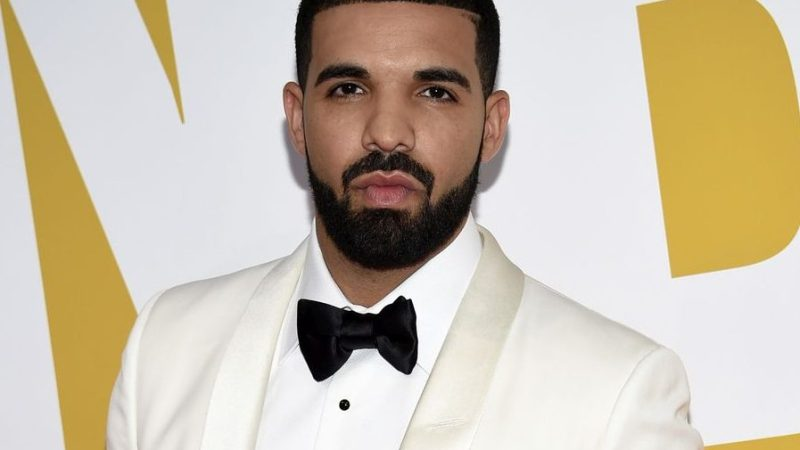Drake Poses His Impressive Physique In Shirtless Selfie (Photo)