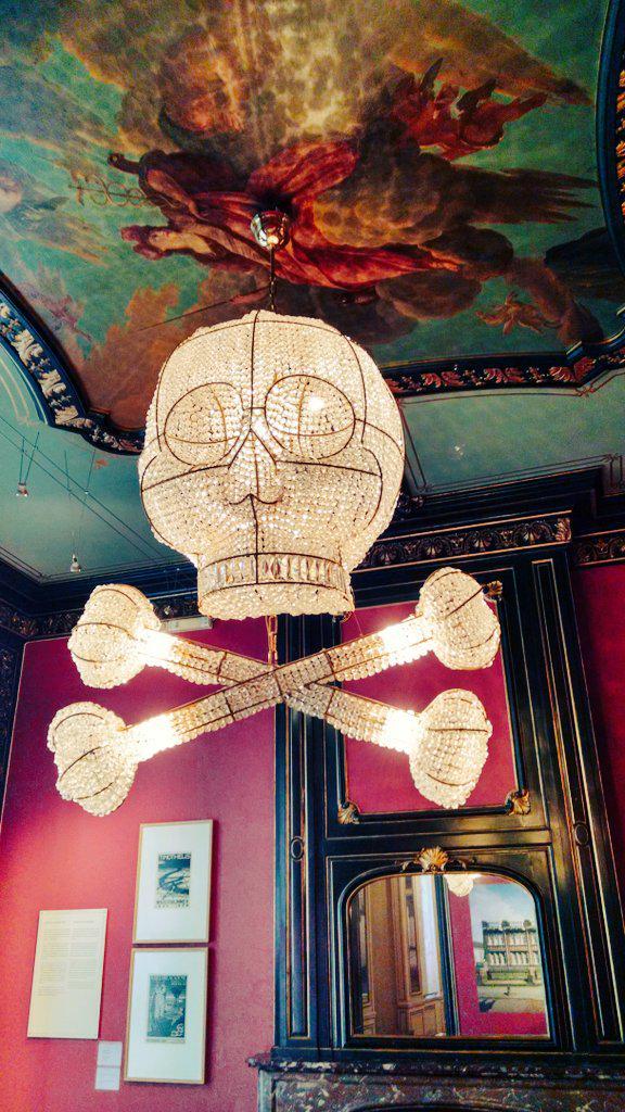 [image: skull & crossbones chandelier]