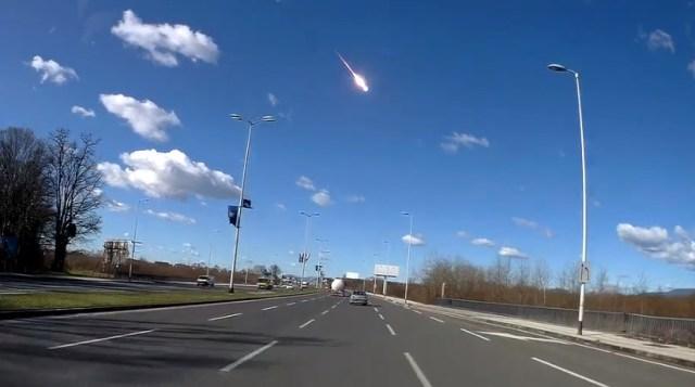 Meteoro registrado por câmera veicular próximo à Zagreb, na Polônia