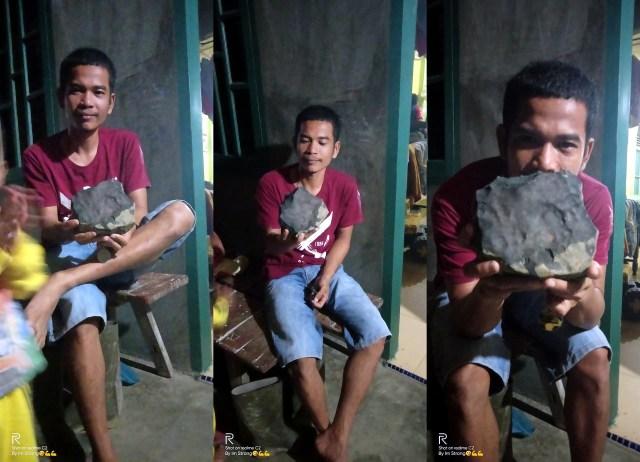 Josua segurando o Meteorito Kolang - Divulgação/Facebook/Josua Hutagalung