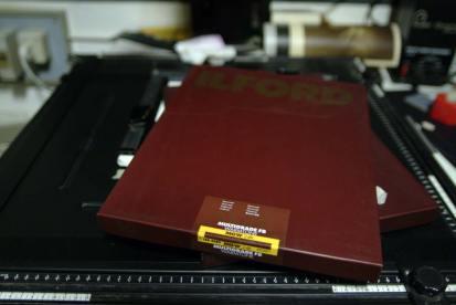 la carta fotografica fotosensibile baritata a tono caldo