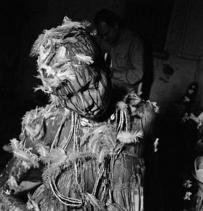 Ritual de iniciação das filhas-de-santo (iaôs), 1951 Após os sacrifícios, as penas das aves são colocadas na cabeça da iaô em homenagem ao seu orixá Salvador, BA