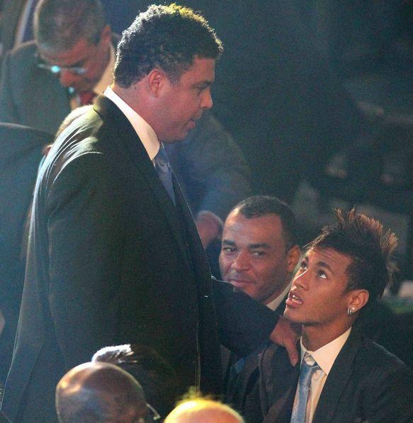 Ronaldo y Neymar se saludan durante un acto.