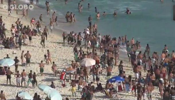Los ladrones persiguen a un turista en una playa de Río de Janeiro. Foto: O Globo