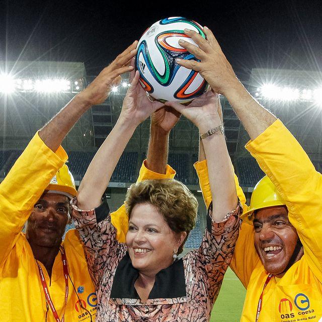Dilma Roussef posa con los obreros durante la inauguración del estadio Arena das Dunas de Natal.