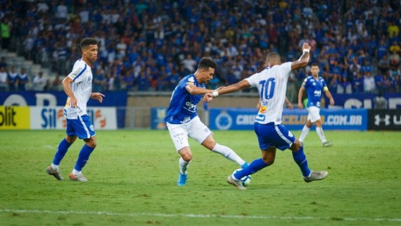 Marquinhos Gabriel tries to find a way through for Cruzeiro against Avai at the Mineirao