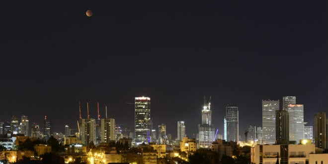 The Blood Moon lunar eclipse as seen in Tel Aviv, September 28, 2015. (Photo: Tomer Neuberg/Flash90)