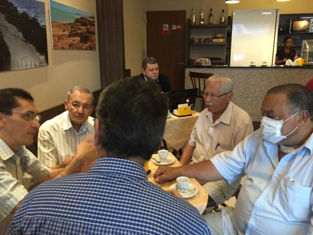 Público debatendo diversos assuntos dentro do café