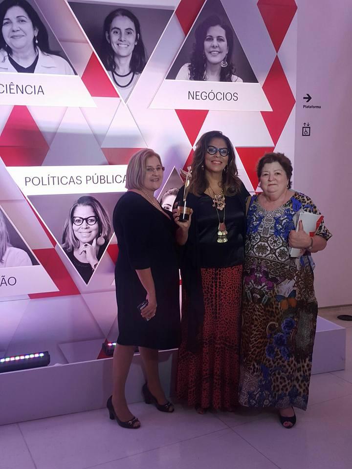 Marinalva Dantas recebendo o prêmio (Foto: Arquivo Pessoal/Facebook)