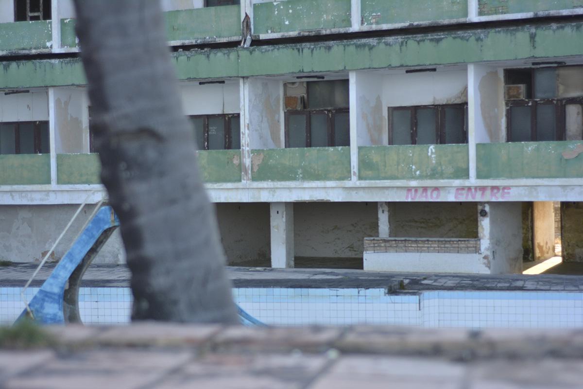 Hotel Reis Magos está abandonado há mais de 20 anos (Foto: Lara Paiva)