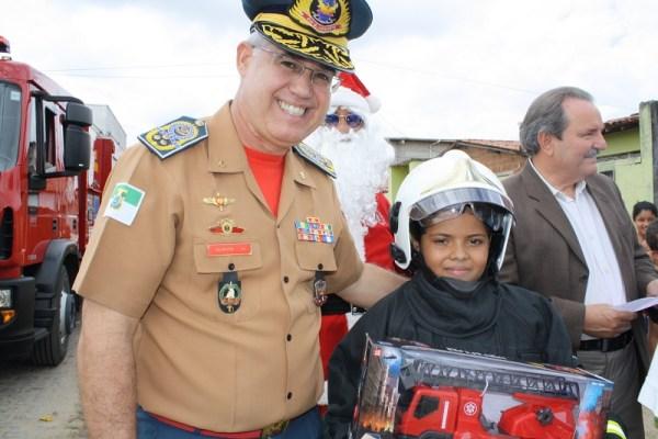 Comandante do Corpo de Bombeiros, Otto Saraiva, com o jovem Kauã Arthur (Assessoria do Corpo de Bombeiros)