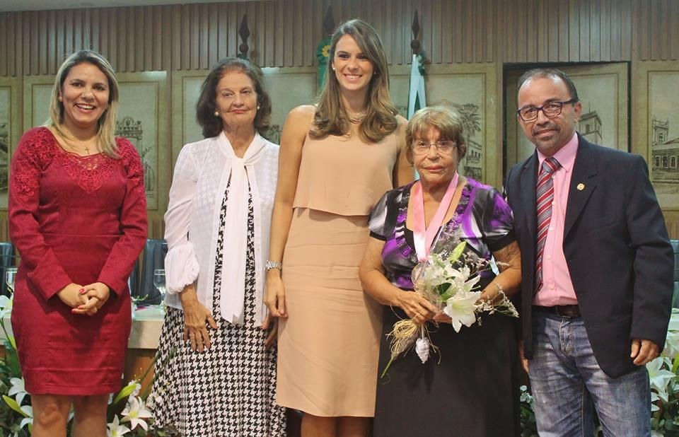 Dona Tereza recebeu uma homenagem ao Dia da Mulher na Câmara Municipal (Foto: Facebook)