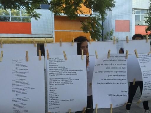 Poemas pendurados nos varais (Fotos: Lara Paiva)