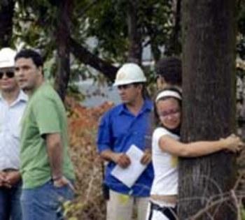 Foto que ficou conhecida pela imprensa de moradores impedindo o corte das árvores (Foto: Elisa Elsie)