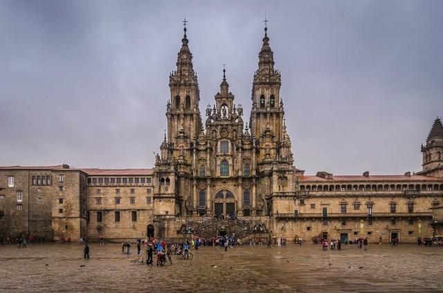 Santiago de Compostela fica em Galiza, onde fica os galegos