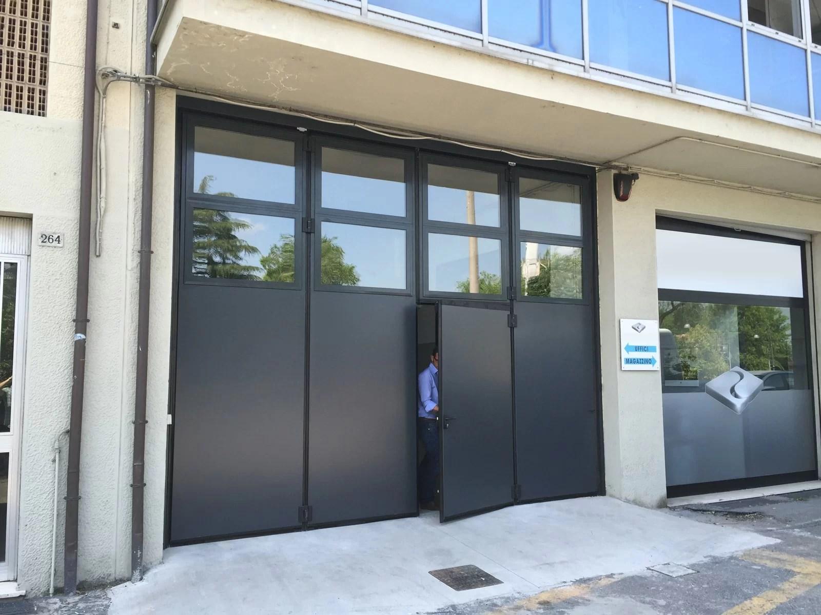 Portone a libro industriale ADONE - Grigio RAL 7016 con vetrature