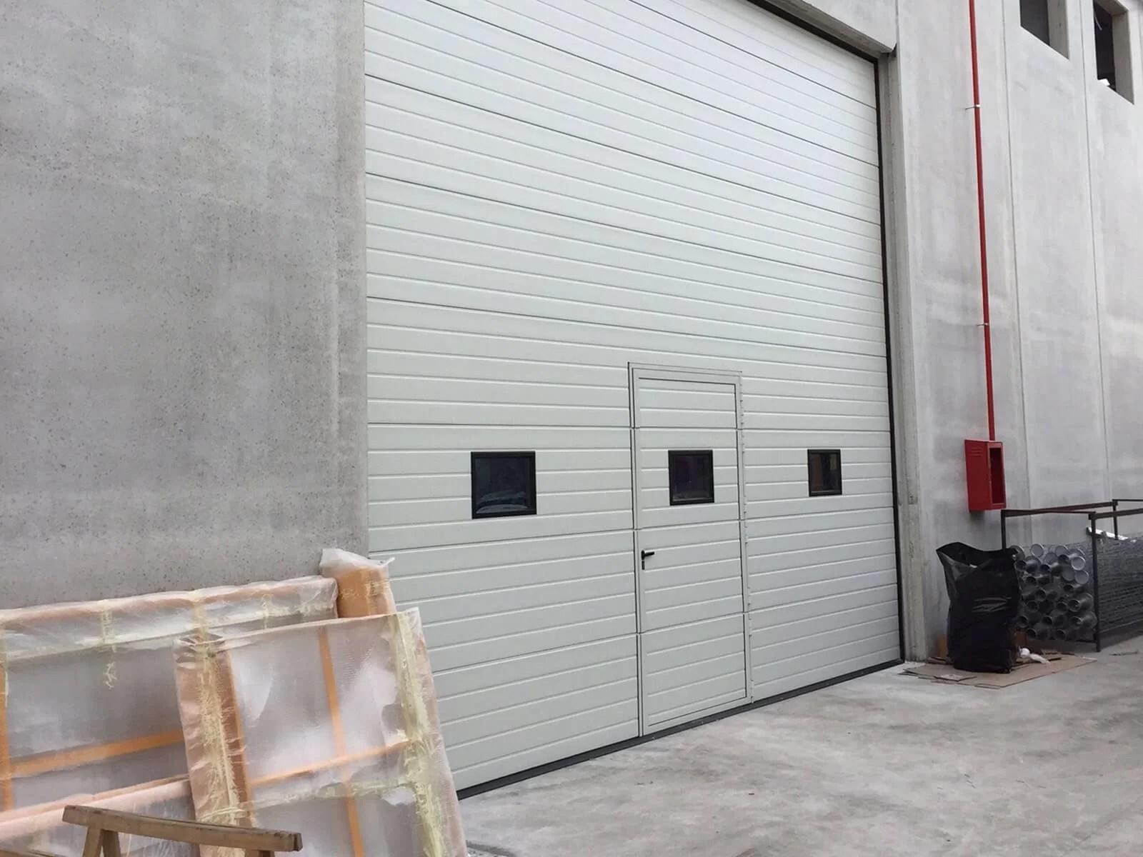 Portone sezionale industriale SECURA - Stucco bianco C21 porta pedonale ribassata