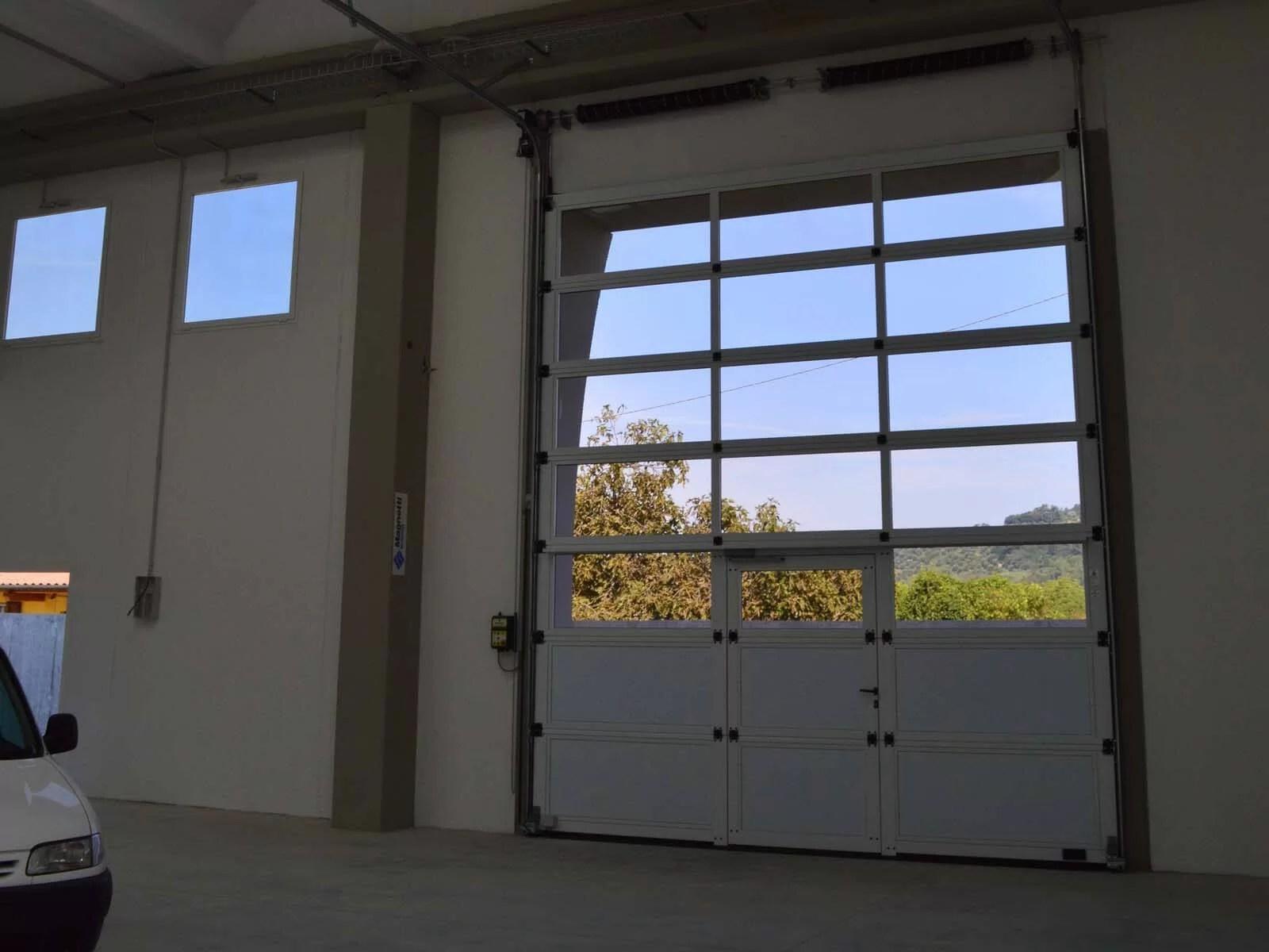 Portone sezionale vetrato LUXOR - Bianco C81 con tamponamenti e porta pedonale