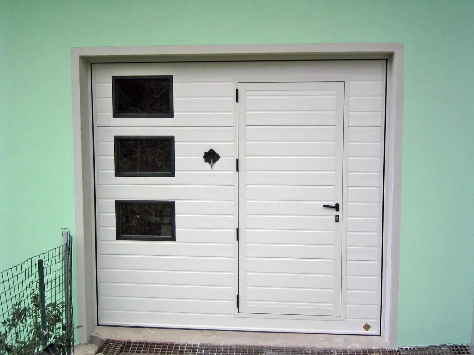 Portone basculante da garage BASCULINO - Stucco bianco C81 porta pedonale