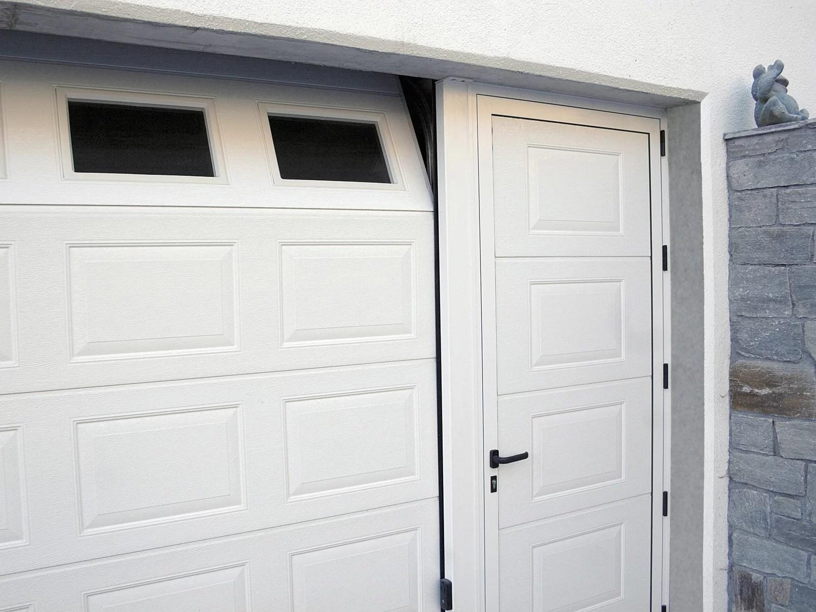 Portone sezionale da garage IRIS - Woodgrain bianco C21 porta laterale bianco C81