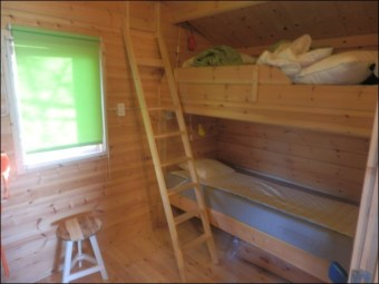 Slaapkamer (twee van de vier bedden op de foto)