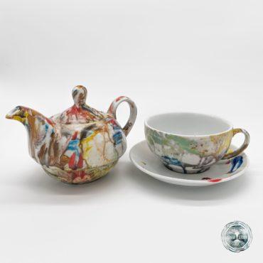 Colectia: FIVE A'CLOCK –Savoarea ceaiului surprinsa intr-o opera de arta Ce ar fi lumea fara ceainice fie ele utilizate pentru cafea sau ceai? Ceramica si portelanul aduc in viata noastra momente de bucurie, momente de rasfat. Savoarea ceaiului sau a cafelei dintr-o ceasca pictata manual este o revarsare a artei. Pictura pe portelan este o prelungire a sufletului prin intermediul pensulei. Set trei piese ceai din portelan pictate manual Cadoul perfect pentru orice eveniment.