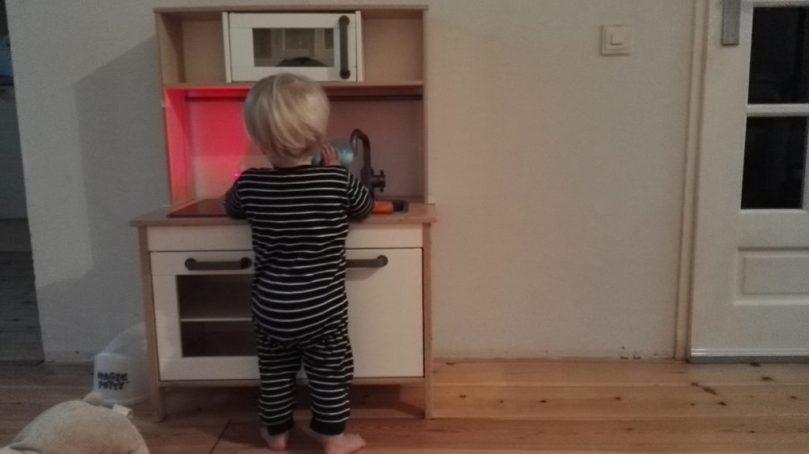 Zondagochtend werd er eerst druk gekookt in het keukentje dat Laurens van Sinterklaas kreeg. Het is nu al een daverend succes!