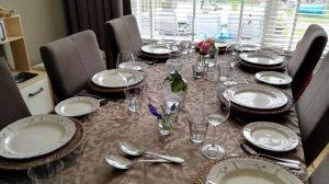De tafel is gedekt, klaar om aan te vallen!