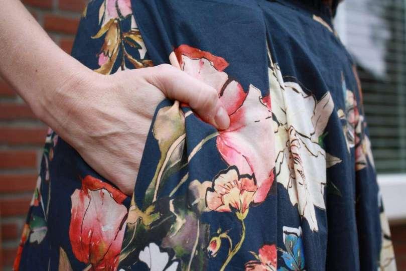 detailshot blauwe bloemenrok bregblogt.nl