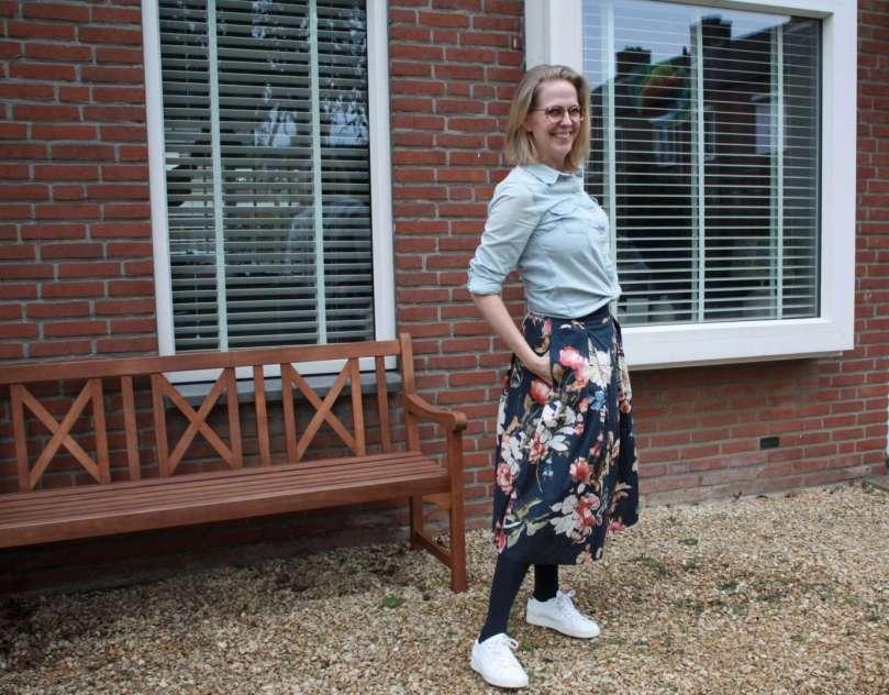 outfit blauwe bloemenrok witte sneakers nieuwe bril bregblogt.nl