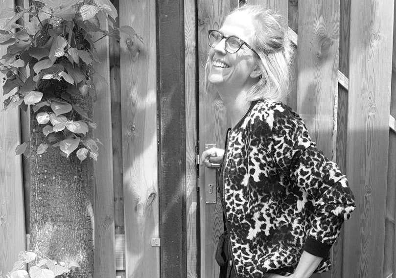 geleerd vna mijn burn-out Outfit donkerblauwe midijurk Zara Bomberjack Zeeman sneakers New Balance bregblogt.nl
