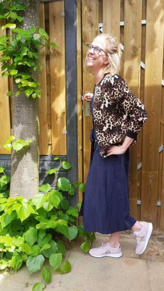 Outfit donkerblauwe midijurk Zara Bomberjack Zeeman sneakers New Balance bregblogt.nl