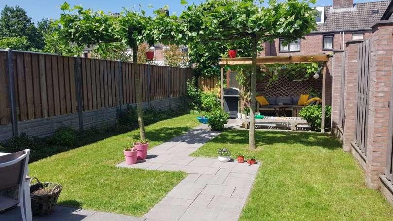 Het tuinseizoen begint houten loungebank in de tuin bregblogt.nl