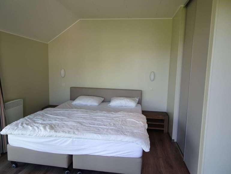 Golden Lakes Village slaapkamer 1 met uitzicht 6-persoonsvilla bregblogt.nl