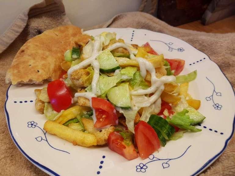 Kipsalon kipfilet frites sla tomaat komkommer naanbrood bregblogt.nl